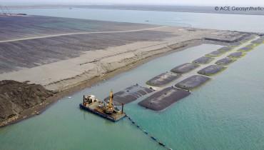 Sử dụng ống vải địa kỹ thuật khổng lồ để tạo kè chắn tạm thời cho việc bồi đắp đất tại cảng, Cao Hùng, Đài Loan